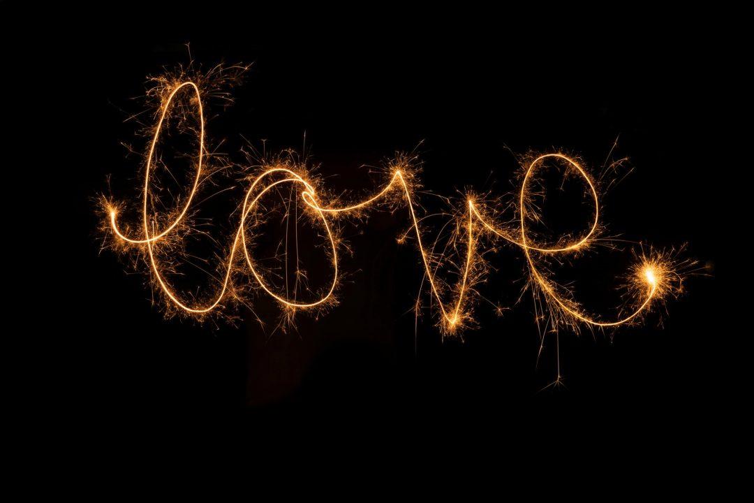 Alternative wedding photo ideas - sparklers spell out love
